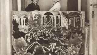 Maruja Mallo con Josefina Carabias, apoyada sobre su óleo 'Antro de fósiles', Madrid, 1931.