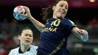 Macarena Aguilar intenta marca ante Corea del Sur.