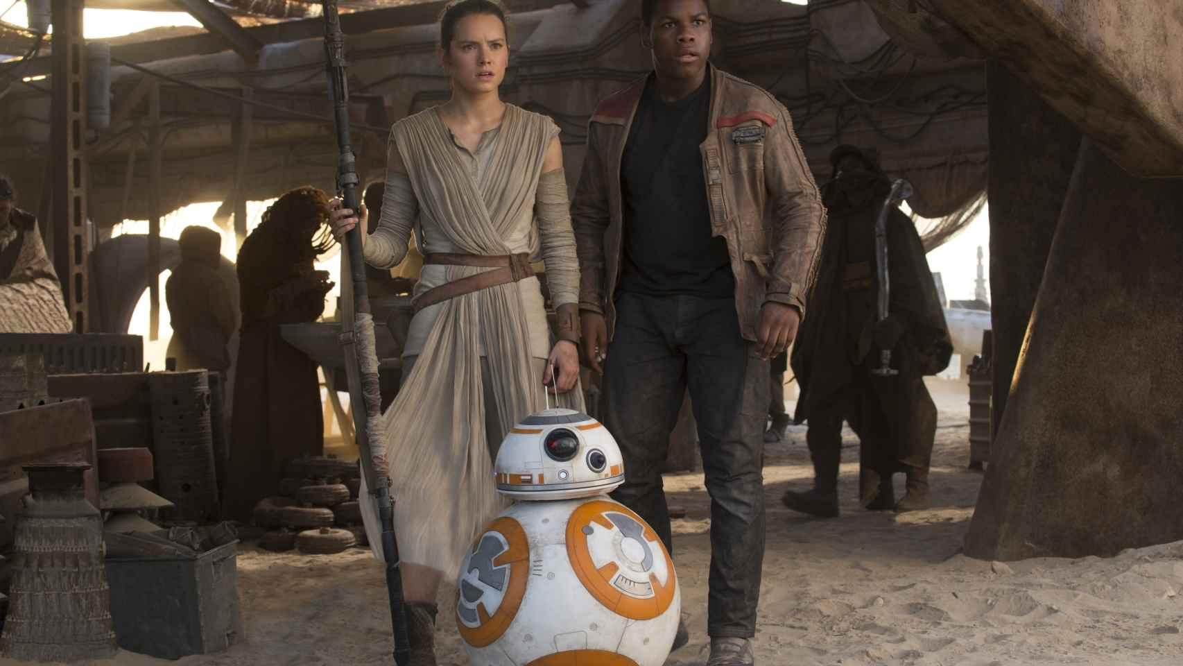 Rey (Daisy Ridley), Finn (John Boyega) y BB-8, en el filme