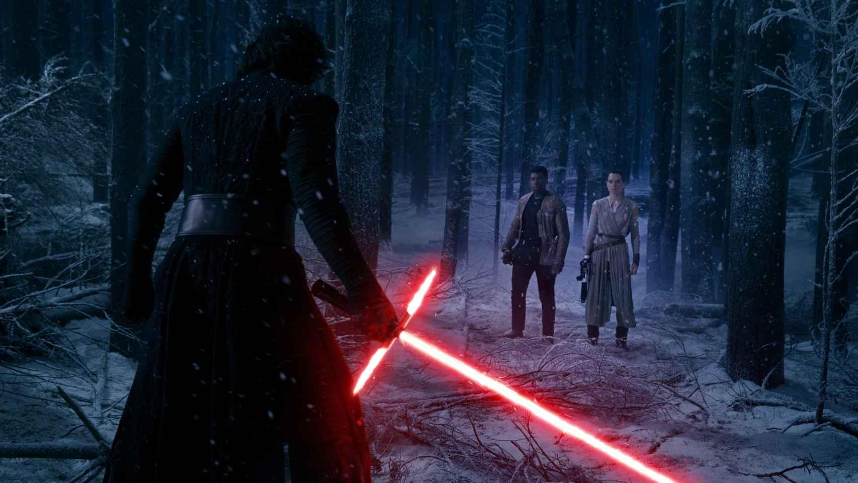 Kylo Ren, el misterioso nuevo villano del episodio VII, frente a Finn y Rey