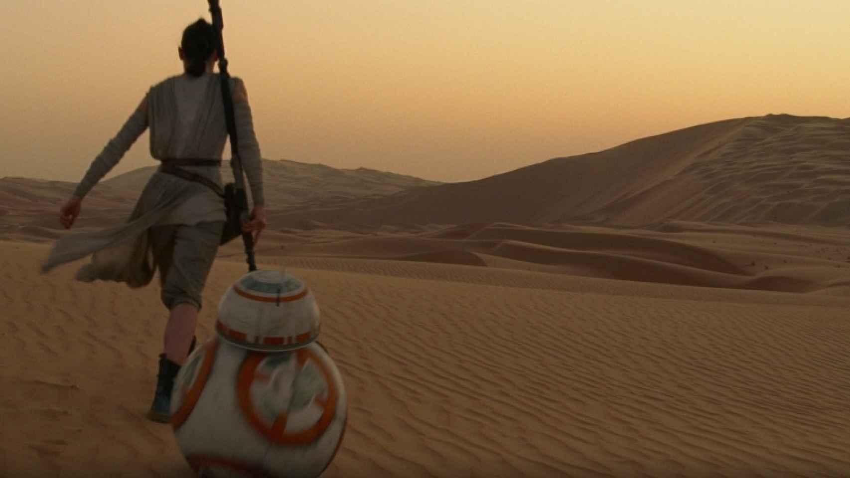 Rey, en Jakku, un planeta que recuerda a Tatooine