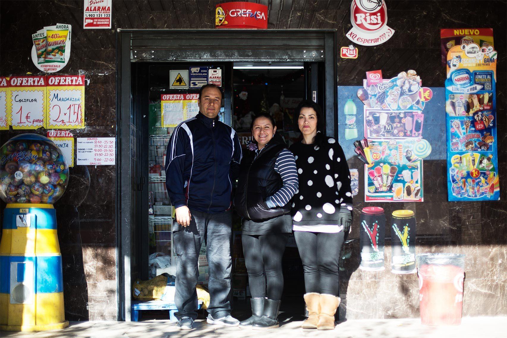 Felipe, Juliet y Sonia trabajan en el supermercado de Fang.