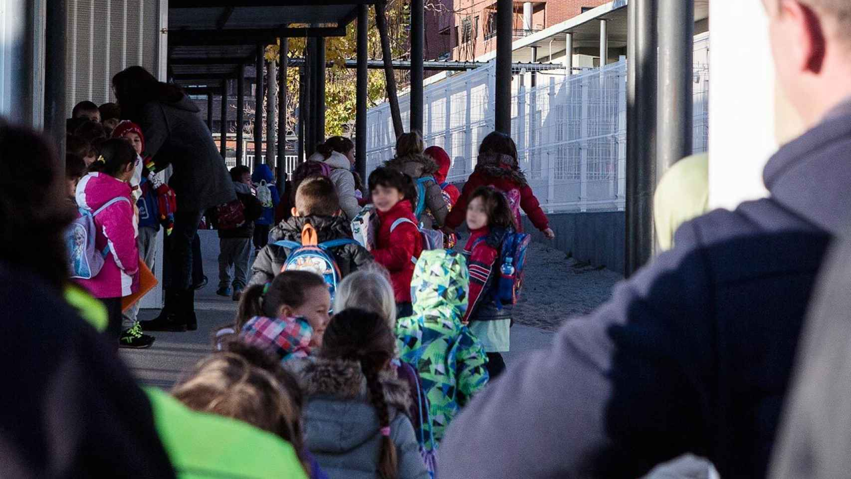 Escolares entran en el colegio público de Los Quiñones.