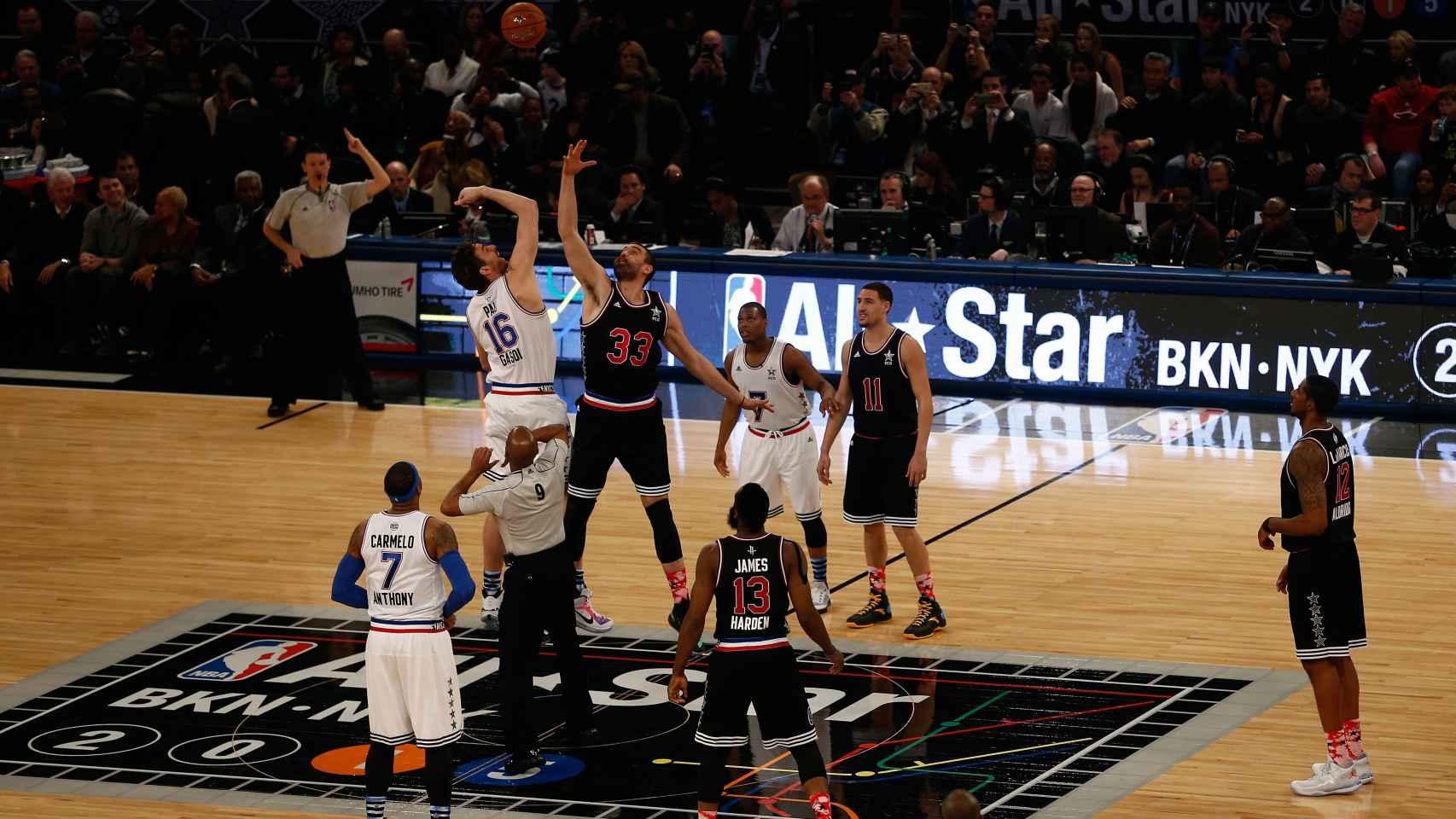 Pau y Marc Gasol disputando el salto inicial del All-Star de Nueva York.