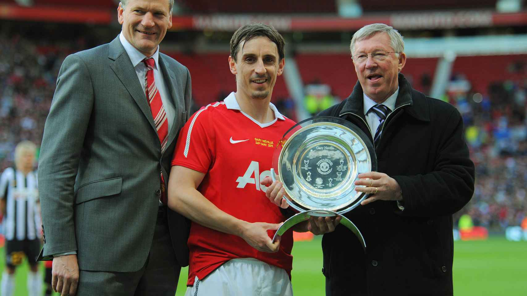 Gary Neville en su homenaje junto a Ferguson.