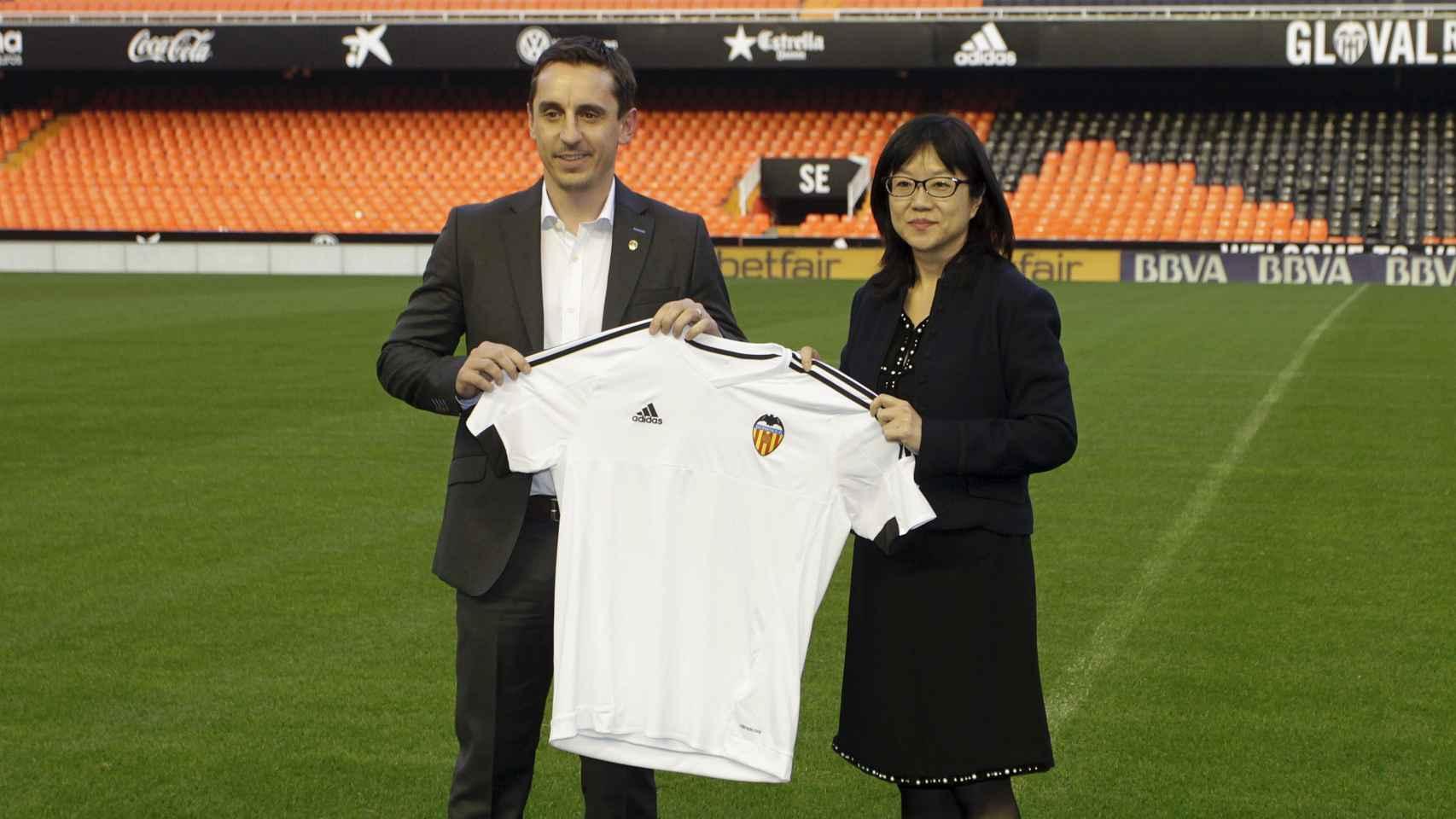 Gary Neville, en la presentación con el Valencia CF