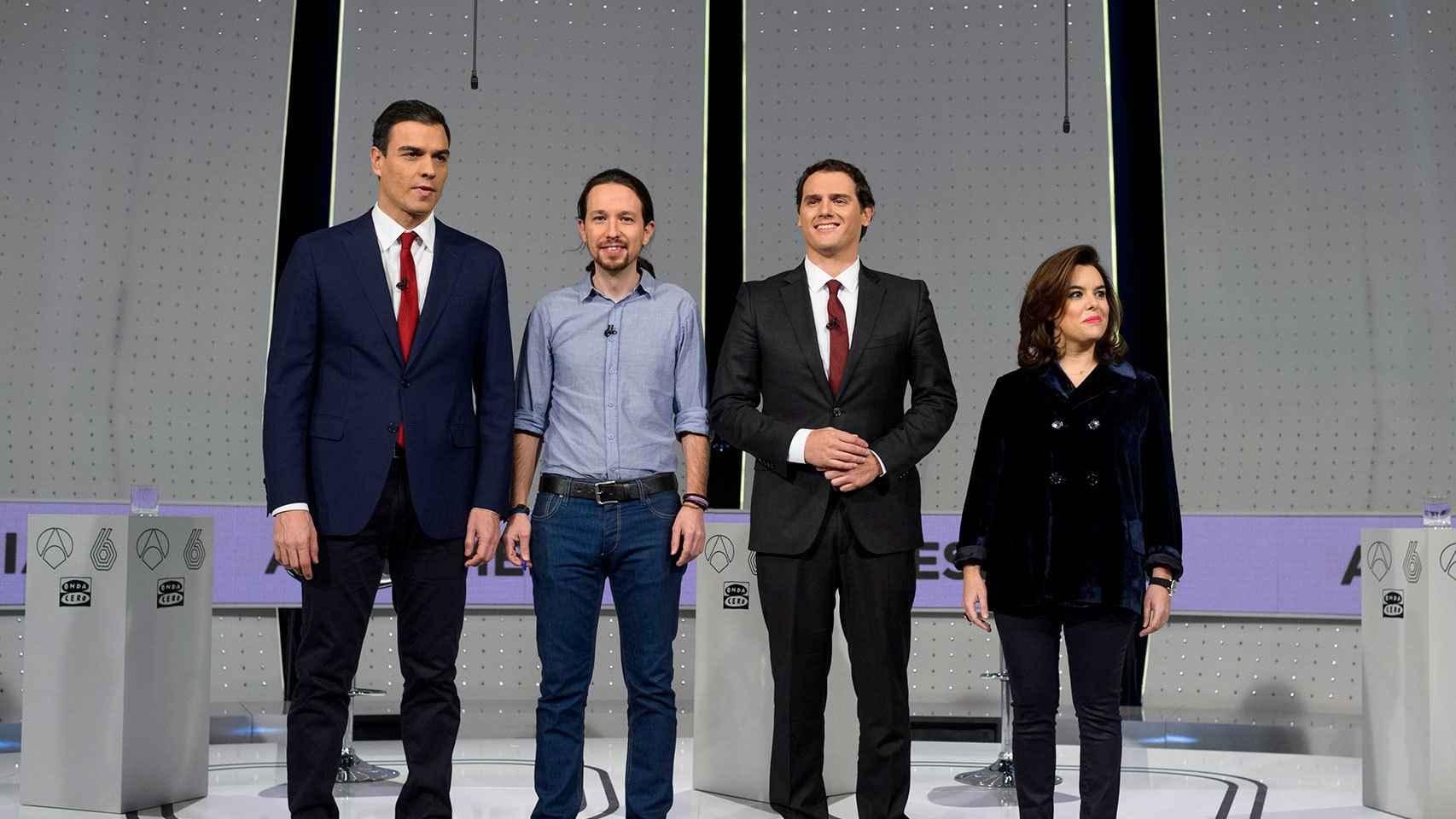 Sáenz de Santamaría, a la derecha, en el debate previo a las elecciones de 2015.