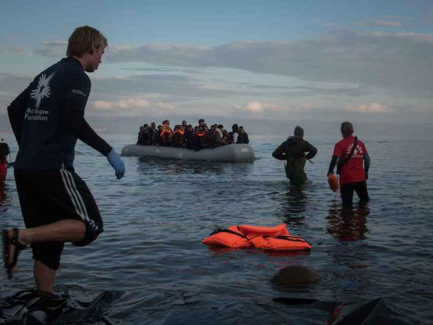 Rescate de solicitantes de asilo en la orilla de Lesbos, Grecia.