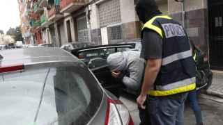 Momento en el que detienen, en Mataró, al hombre vinculado al EI.