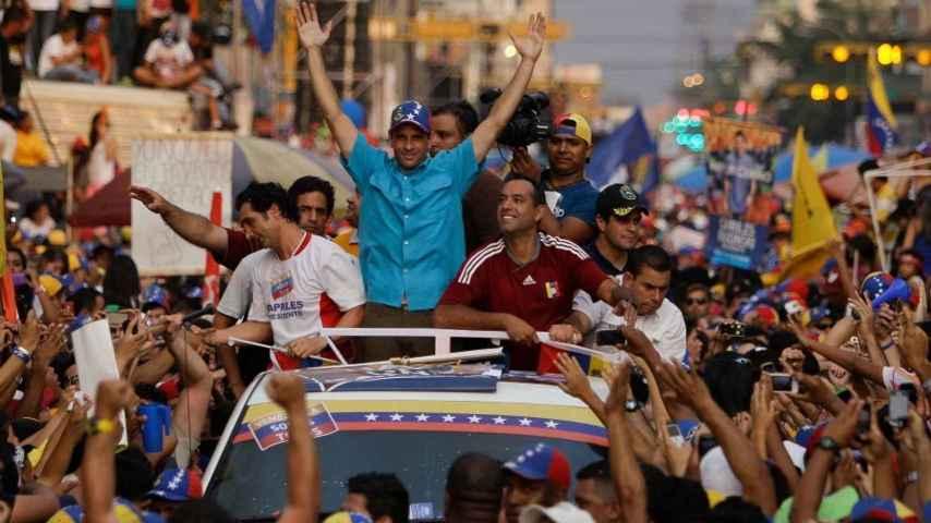 Henrique Capriles se da un baño de multitudes en la campaña electoral