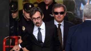 Jordi Pujol Ferrusola y su abogado, Cristobal Martell, abandonan el juzgado en 2014.