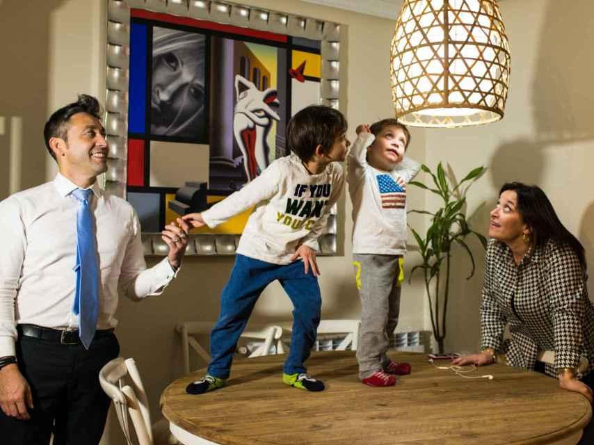 Juan Ramón, Sabina y sus hijos en el salón de su casa.