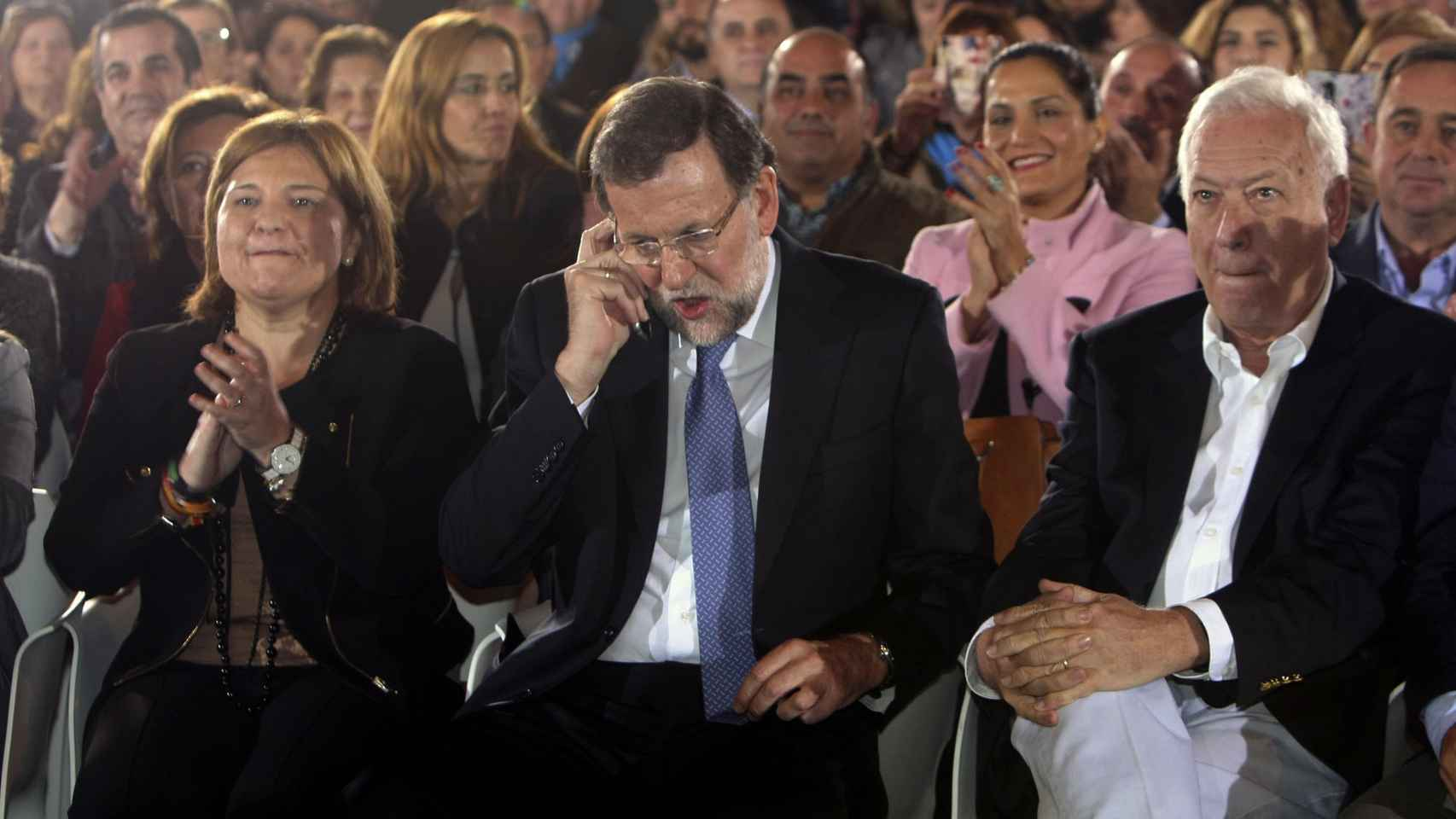 Rajoy se informa sobre el atentado en Kabul durante el mitin en Orihuela.