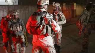 Fuerzas de crisis afganas acuden a la embajada española.