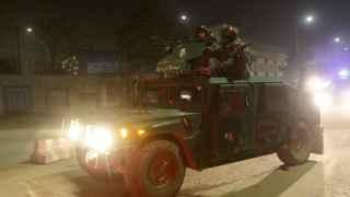 Policías afganos llegan al lugar del ataque en Kabul.