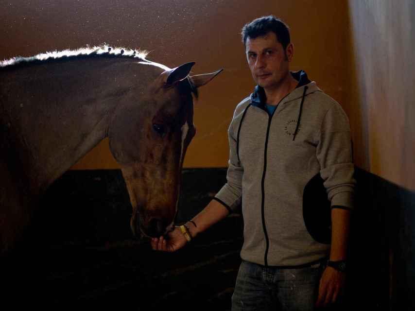 Pablo, mozo de cuadra y encargado del transporte de los caballos.