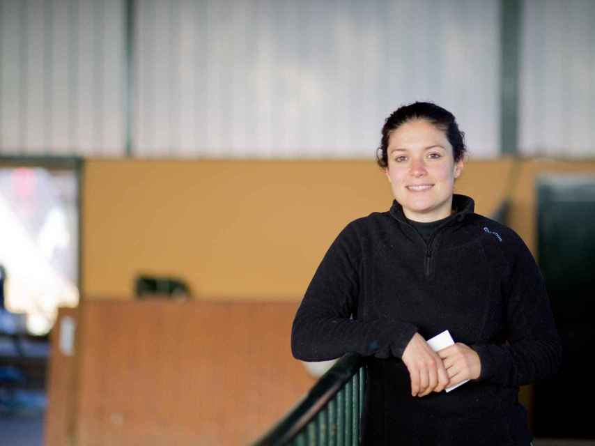 Paloma ayuda a los veterinarios de la Xunta de Galicia durante el concurso de Casas Novas.