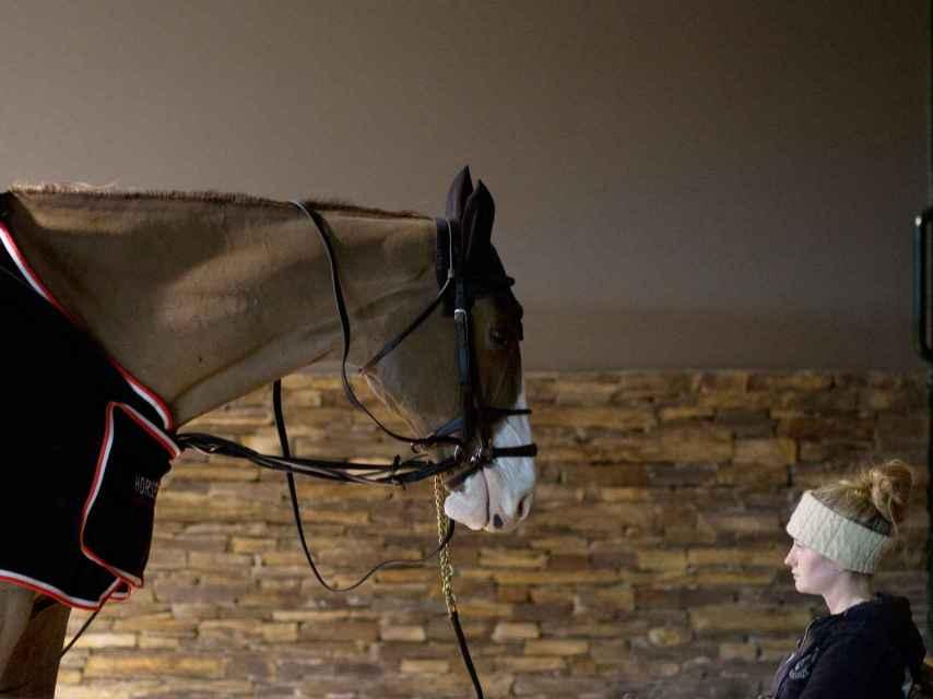 Moza de cuadra a cargo de uno de los caballos que competían en el certamen.