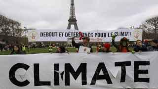 Activistas en París por la defensa del medio ambiente