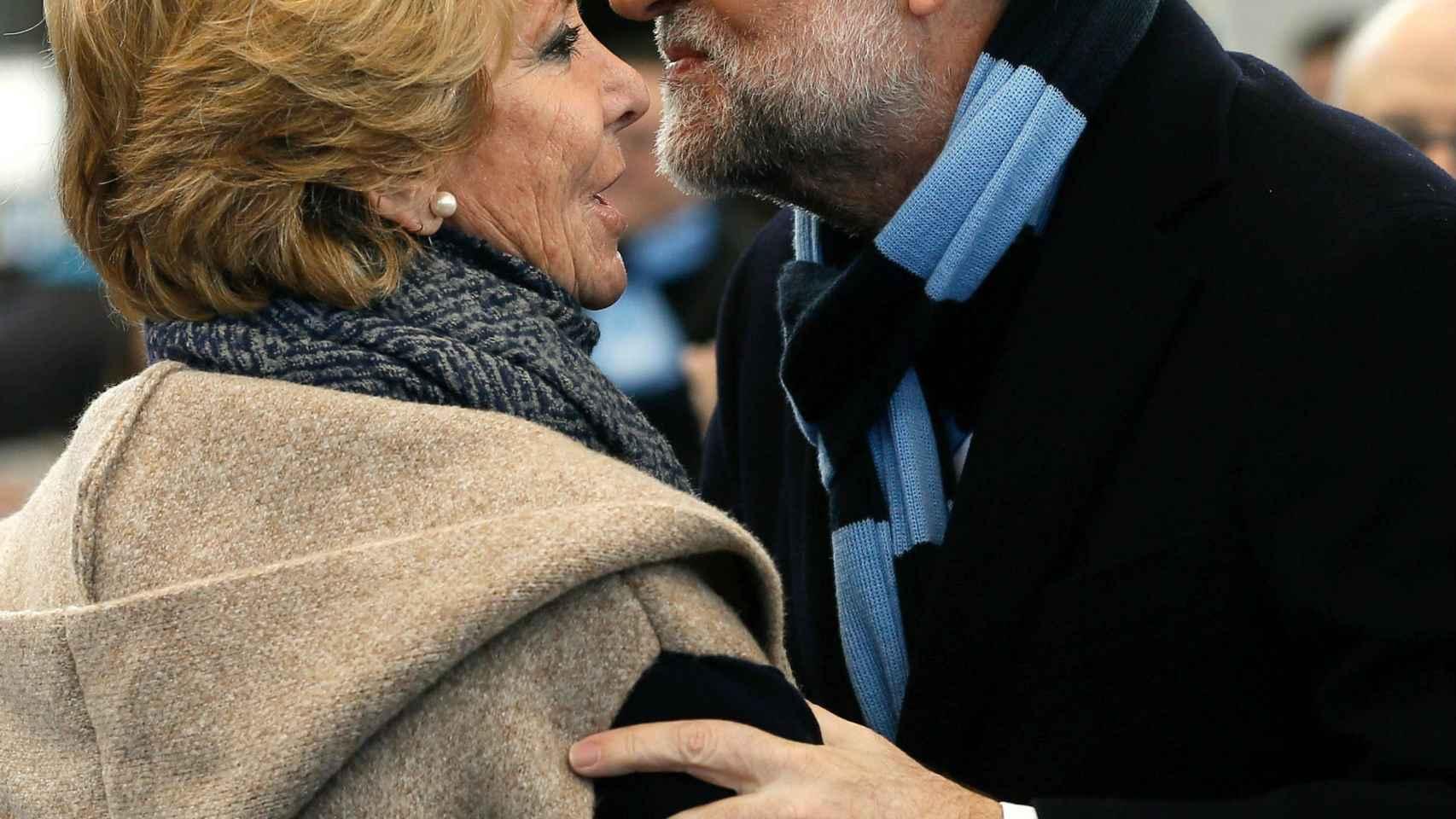 Rajoy saluda a Aguirre en el acto del PP en Las Rozas