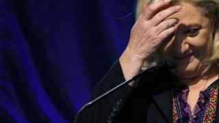 La líder del Frente Nacional, Marine Le Pen, tras salir de votar este domingo. Reuters