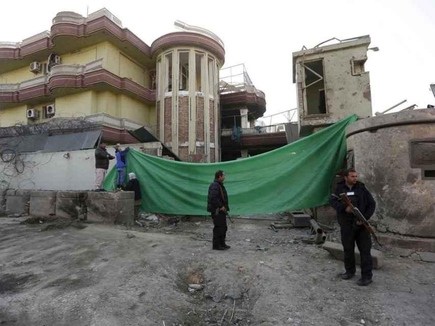 La entrada reventada de la embajada española de Kabul.