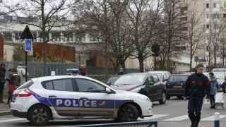La Policía ante la escuela infantil de Aubervilliers donde ocurrió la agresión.