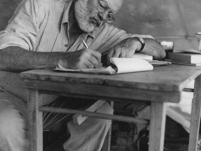 Hemingway escribiendo en un viaje a Kenia.