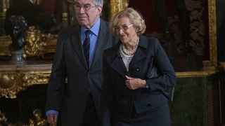 Manuela Carmena y su esposo, Eduardo Leira, en el Palacio Real.