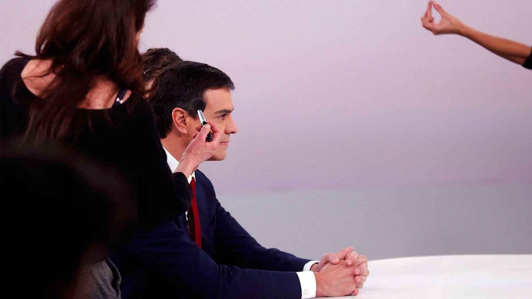 Pedro Sánchez es maquillado antes del debate.