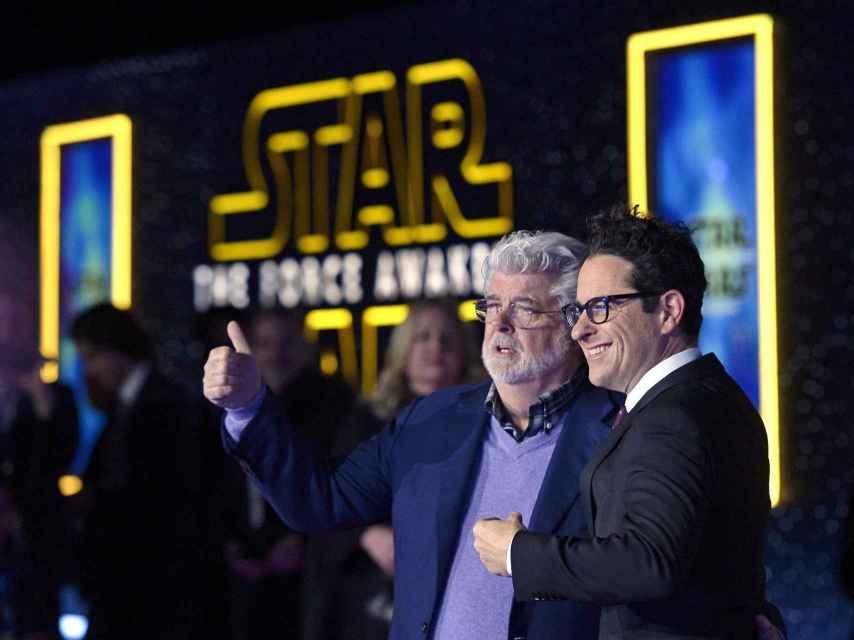 George Lucas y JJ Abrams en la premiere de Star Wars en Hollywood.
