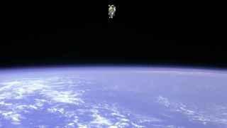 Bruce McCandless, primero en realizar un paseo espacial sin sujeción