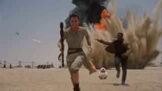 Daisy Ridley (Rey), John Boyega (Finn) y BB-8, huyendo de La Primera Orden