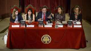 Pedro J. Ramírez y las periodistas Julia Tena, María Ramírez, Ana Romero e Ymelda Navajo durante la presentación del libro.