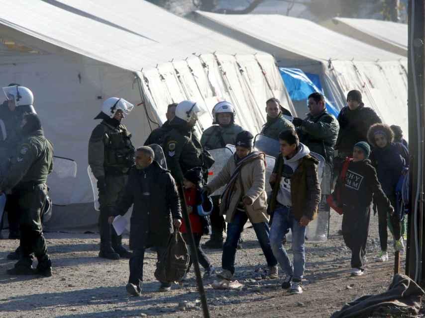 Policías griegos en la frontera con Macedonia
