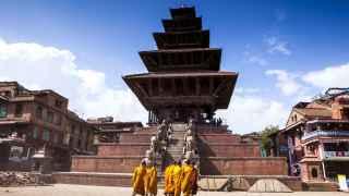 Un grupo de niños dirigiéndose al templo en Katmandú.
