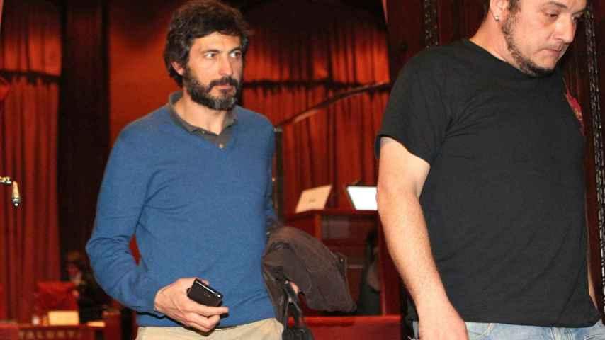 Oleguer Pujol Ferrusola (i), hijo del expresidente catalán Jordi Pujol, acompañado del presidente de la comisión que investiga la fortuna oculta por su familia, David Fernàndez