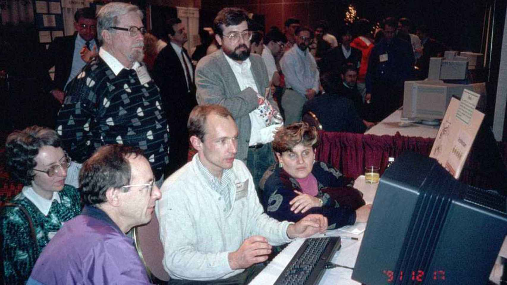 Berners-Lee hace una demostración de la World Wide Web en 1994.