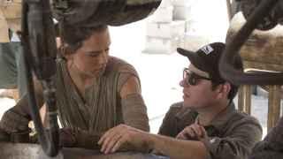 J. J. Abrams, con Daisy Ridley en el rodaje de Star Wars: el despertar de la fuerza