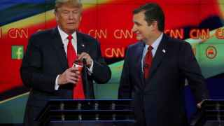 Donald Trump (i) y Ted Cruz (d) durante el quinto debate televisado ante las primarias republicanas.