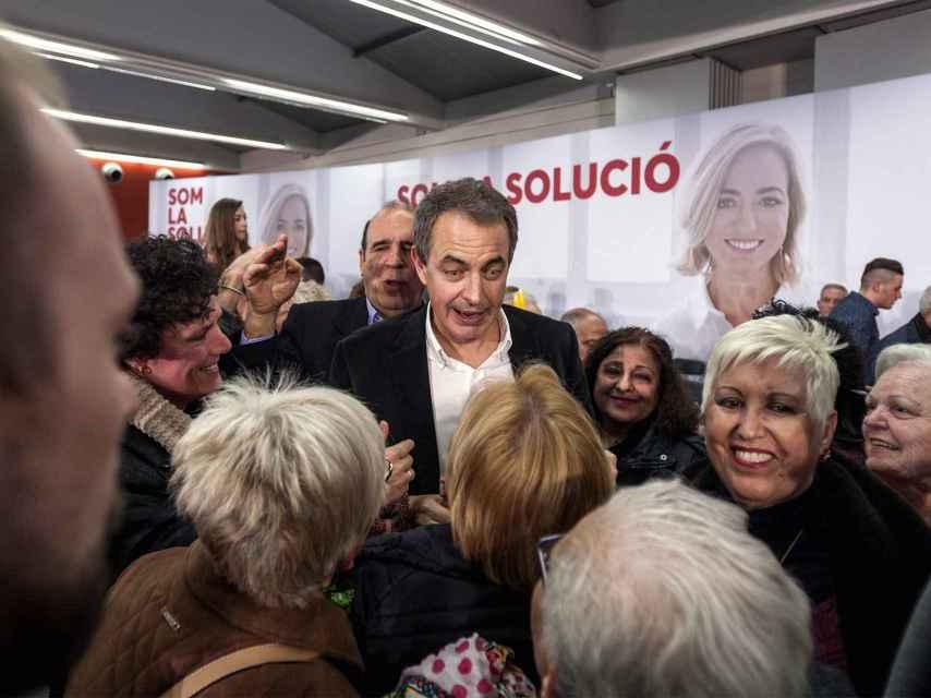 Tras el mitin, comienza el festival de selfies mientras Zapatero avanza hacia la salida.