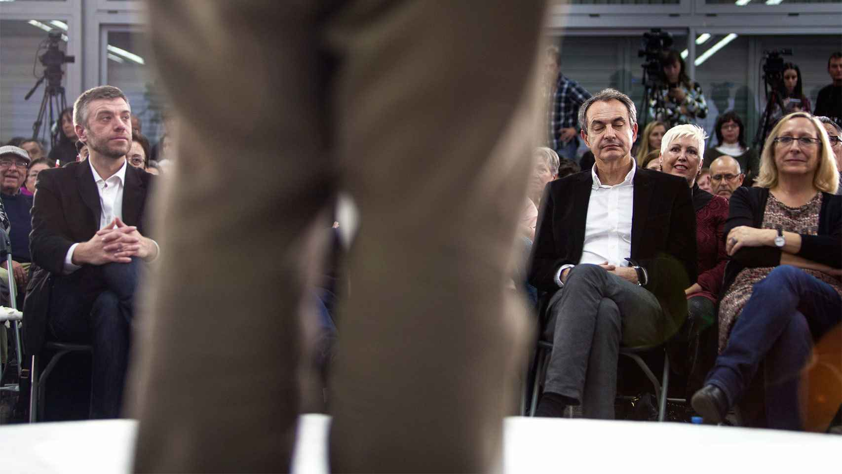 Niega tener jet lag, pero Zapatero cierra a menudo los ojos para relajarse.