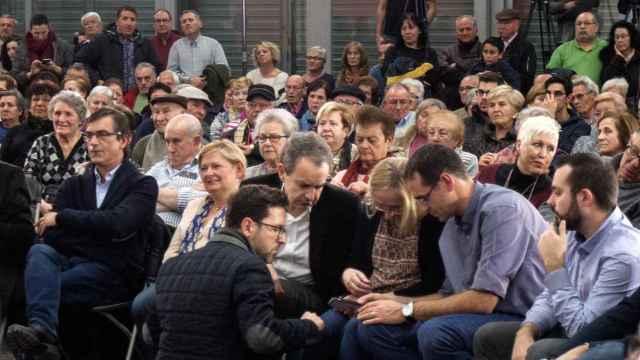 Zapatero ve en el mitin el vídeo de la agresión a Rajoy. La condena desde el estrado.