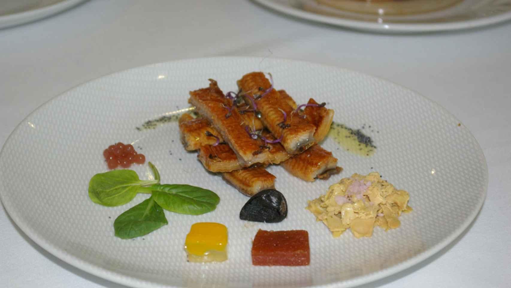 Anguila con foie, gelatina de mango y ajo negro