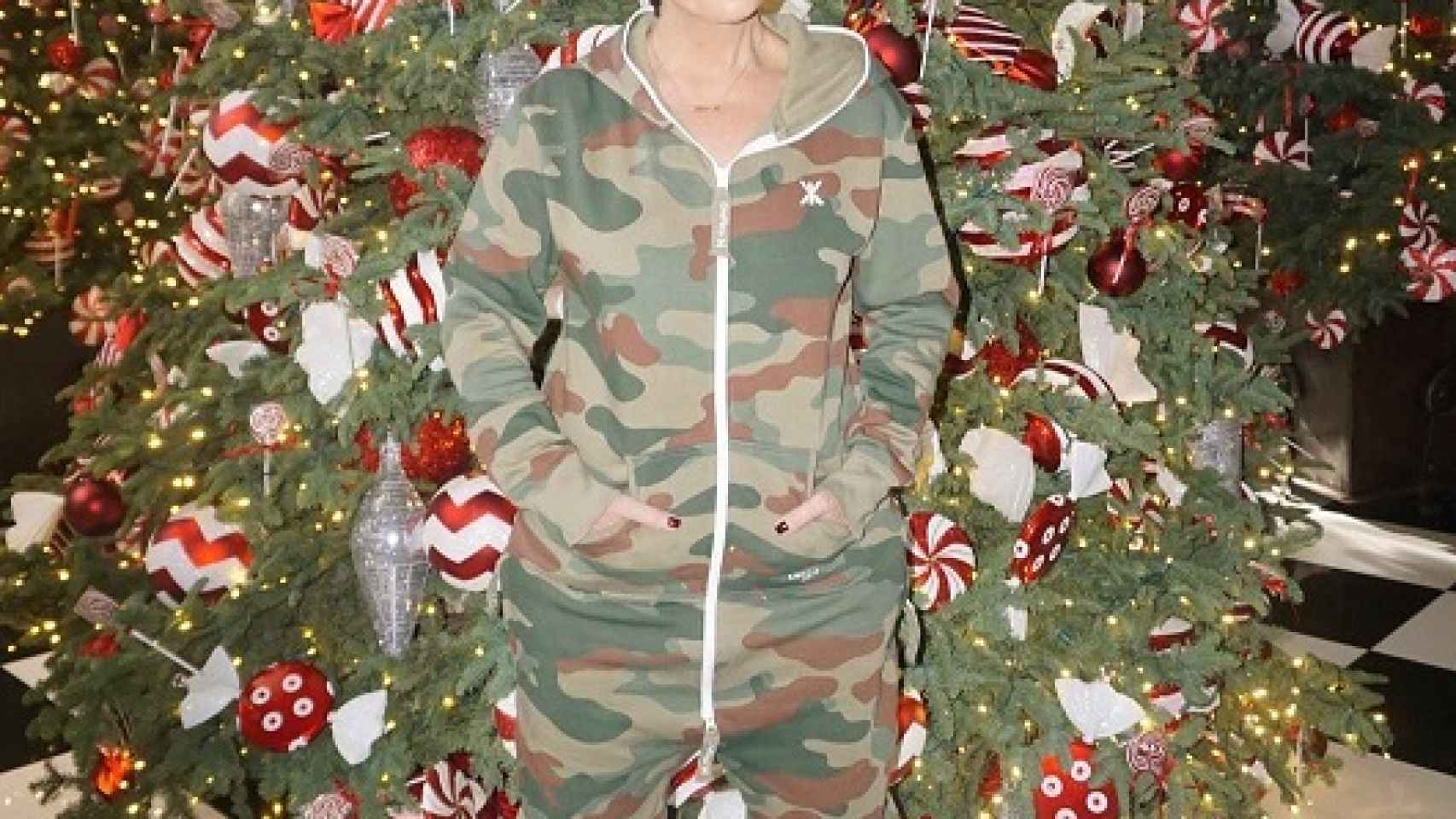Kris Jenner posa en el hall de su casa rodeada por los adornos navideños