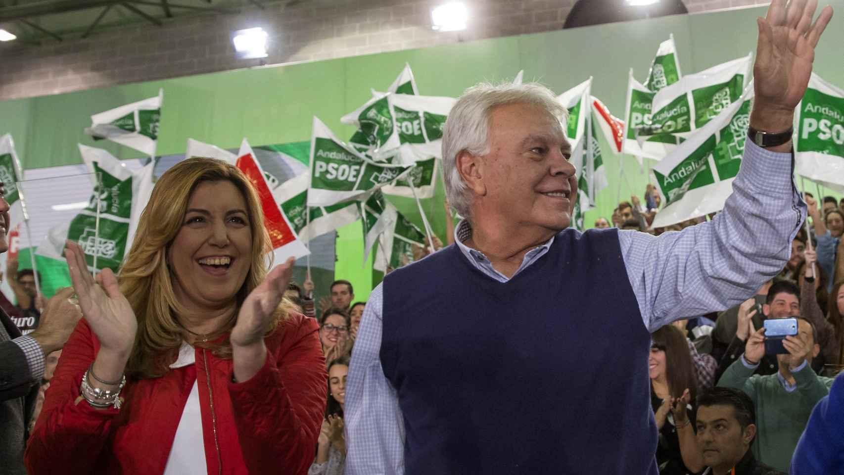 Susana Díaz, con Felipe González en el cierre de campaña del PSOE andaluz, en Sevilla.
