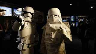 Dos fans, como soldados imperiales, en el estreno del filme