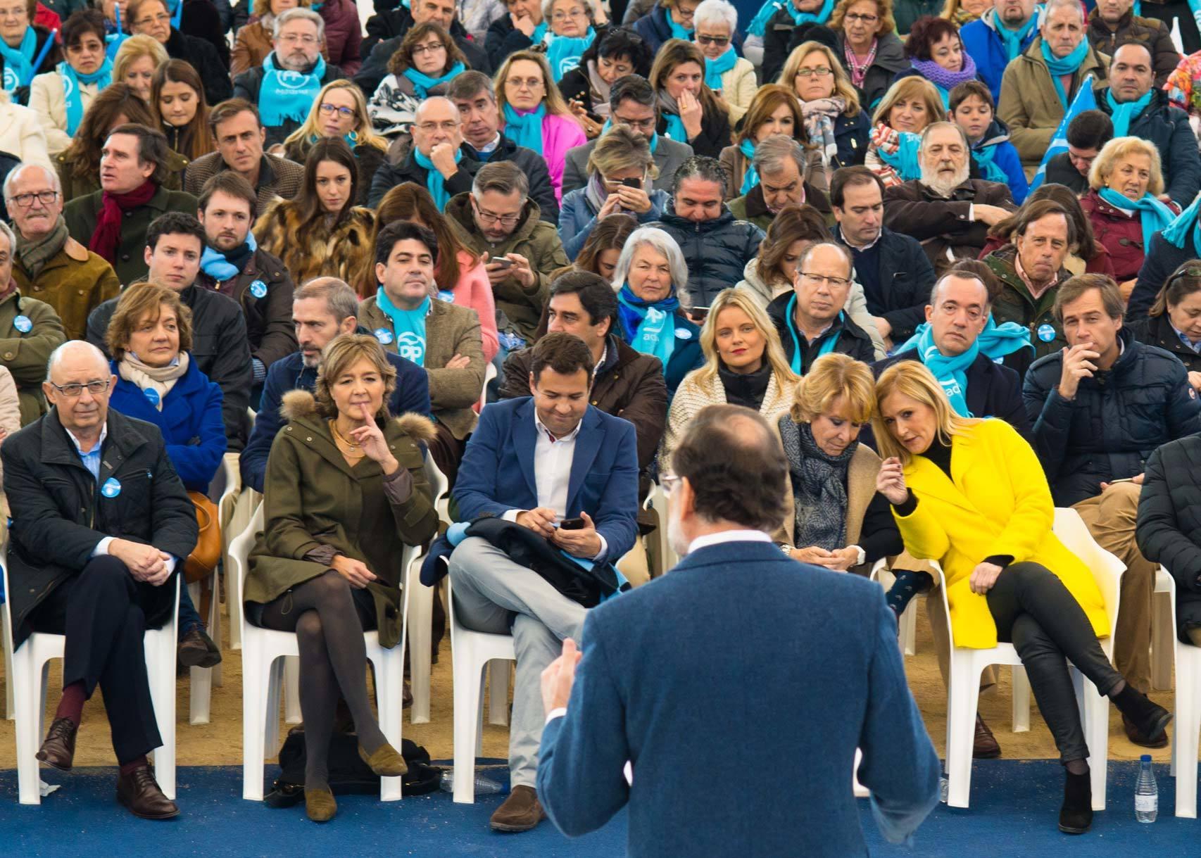Cifuentes y Aguirre siguen la intervención de Rajoy.