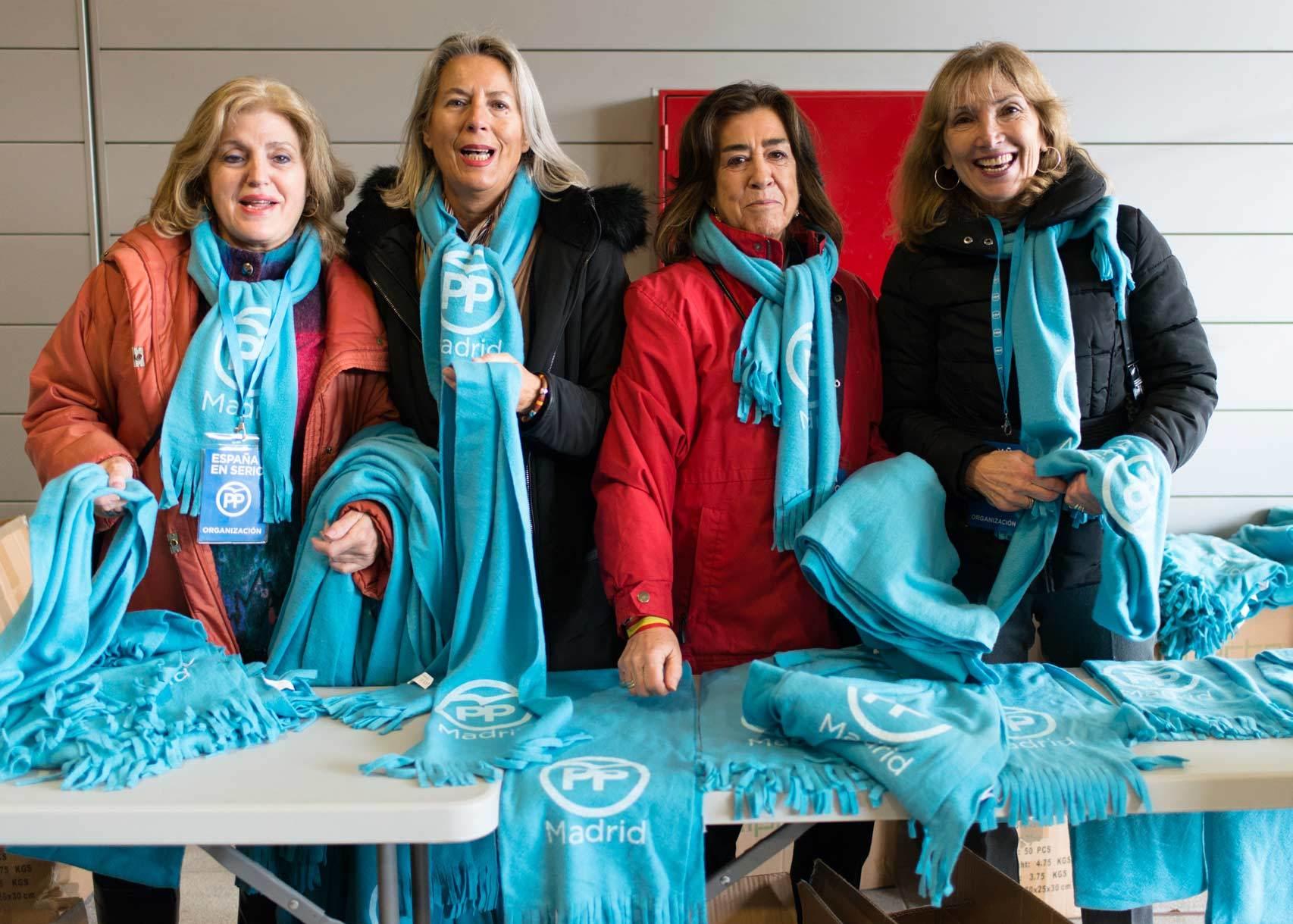 Venta de bufandas del PP para sobrellevar el frío.