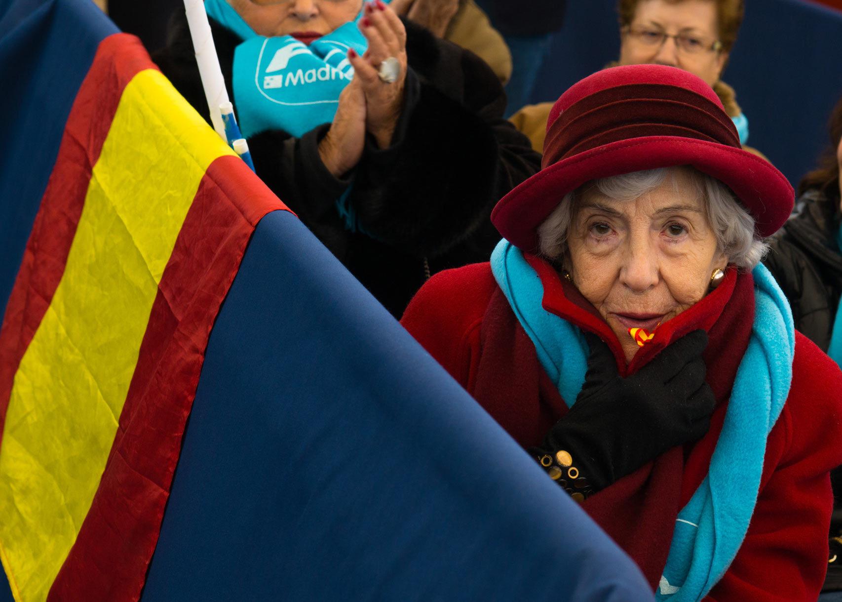 Una mujer se arropa del frío imperante en Las Rozas.